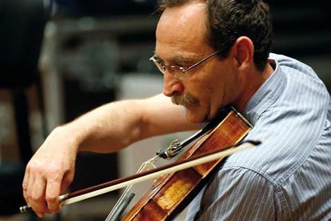 Dorin-Petre es violinista en la orquesta de Córdoba, ciudad donde vive desde 1994. Sin perder sus raíces rumanas, aporta al sonido de la orquesta su percepción singular del mundo. Así estamos configurando los colores y matices de un mundo sin fronteras.