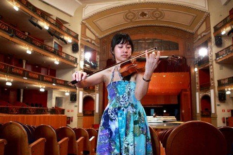 La delicadeza de Chi es lo que más resalta de esta violinista de la Orquesta de Córdoba. Y de cómo esa delicadez y armonía impregna su entorno. Los golpes de los trabajadores del teatro, aquí adquieren su verdadera presencia por contraste con ella.