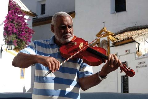 Jorge toca la viola en la Orquesta de Córdoba. Es de origen cubano y vive libre sin fronteras en el mundo. Una gran demostración de que las barreras impuestas desde fuera, son salvables en el corazón del hombre.